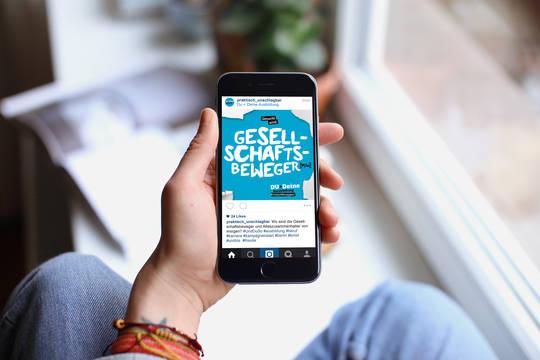 Die Website auf einem Smartphone.