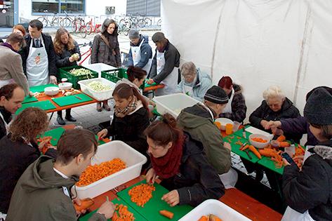 """Besucherinnen und Besucher bereiten bei """"Zu gut für die Tonne!"""" gemeinsam gesammeltes Gemüse zu."""