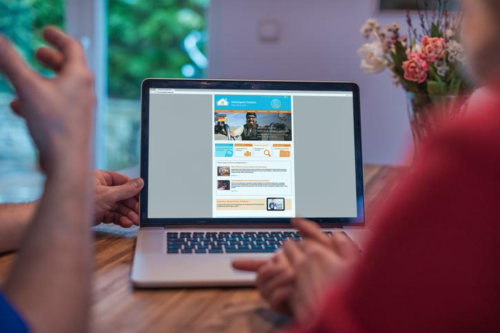 Ein Laptop zeigt die Website intelligent-heizen.info.