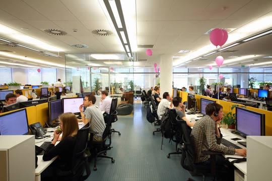 Journalisten bei der Arbeit vor Computer