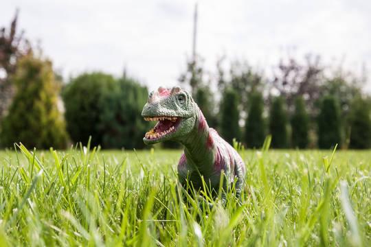 Dinosauerier auf einer Graswiese