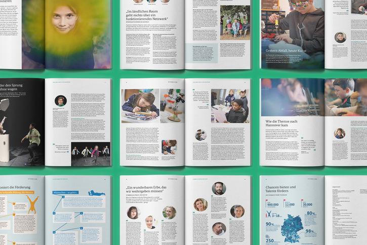 """Eine neue Broschüre gibt Einblicke in die vielfältigen Angebote von """"Kultur macht stark"""". Das 32 Seiten starke Heft mit dem Titel """"Ein Türöffner zu neuen Welten"""" enthält Reportagen, Interviews sowie Zahlen und Fakten zum Förderprogramm. Für die Reportagen war das Redaktionsteam von KOMPAKTMEDIEN unterwegs in Bochum, Tübingen und Hannover. """"Wir geben den Jugendlichen die Chance, etwas auszuprobieren, und bestärken sie in dem, was sie können"""", erzählte uns der Choreograf Michael Hess vom Bochumer Tanztheaterprojekt """"Renn`– Was bewegt mich?"""". In Tübingen haben Kinder Skulpturen und Alltagskunst aus Plastikmüll und Elektroschrott gebastelt und in Hannover haben wir ein Projekt besucht, das Lesen und digitale Medien verbindet. Im Interview berichten drei Akteurinnen von den Herausforderungen im ländlichen Raum. Mit dem Beginn der Corona-Pandemie konnten auch die meisten Angebote von """"Kultur macht stark"""" nicht in gewohnter Weise fortgesetzt werden. In der neuen Broschüre stellen wir vor, mit welchen guten Ideen die Akteurinnen und Akteure während der Krise tolle kulturelle Bildungsangebote für Kinder und Jugendliche aufrechterhalten haben. Zu Wort kommen auch Menschen, deren eigenes Leben von Kulturarbeit geprägt ist: Der Schauspieler Kida Khodr Ramadan, die Musikerin Anne-Sophie Mutter, Sänger Adel Tawil und Moderator Johannes Büchs erzählen, warum sie kulturelle Bildung für so wichtig halten. Die Schauspielerin und Fernseh-Kommissarin Ulrike Folkerts spricht ausführlich im Interview über ihre eigenen kulturellen Bildungserfahrungen. Informationen, Fakten und Zahlen runden die Broschüre ab. Teaser: Neue """"Kultur-macht-stark""""-Broschüre Das 32 Seiten starke Heft gibt Einblicke in die Angebote von """"Kultur macht stark"""" und enthält Reportagen, Interviews sowie Zahlen und Fakten."""